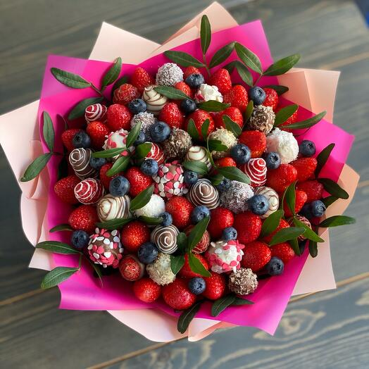 Романтичный букет из клубники и голубики