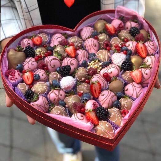 Композиция из клубники в шоколаде в форме сердца