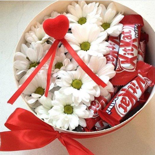 Коробка с хризантемами и Kit Kat