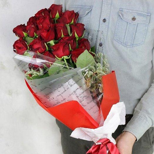 Букет из 19 красных роз и питтоспорума в яркой упаковке: букеты цветов на заказ Flowwow