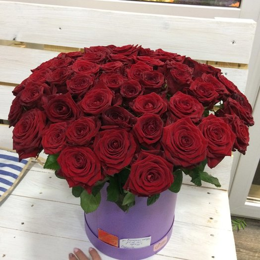 61 роза в шляпной коробке: букеты цветов на заказ Flowwow