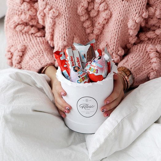 "Шляпная коробка Demi ""Киндер Сюрприз"": букеты цветов на заказ Flowwow"