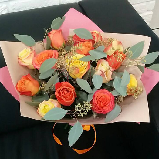 15 роз микс с эвкалиптом: букеты цветов на заказ Flowwow