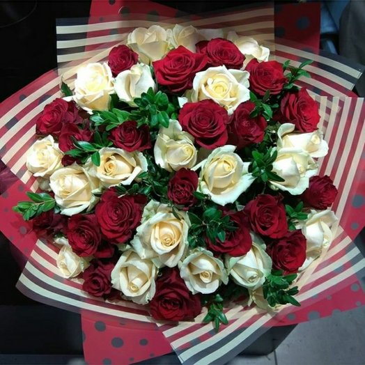 Красно-белая  классика из 39 роз: букеты цветов на заказ Flowwow