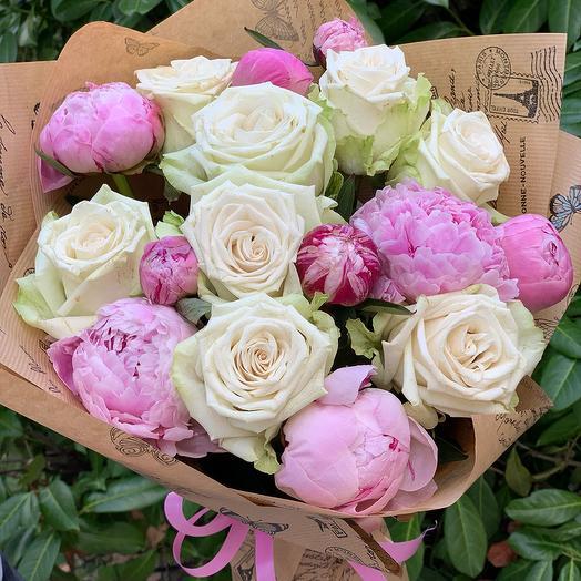 """Букет из розовых пионов и белых роз """"И целого мира мало"""": букеты цветов на заказ Flowwow"""