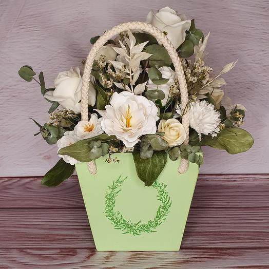 Деревянный ящик с белыми цветами: букеты цветов на заказ Flowwow