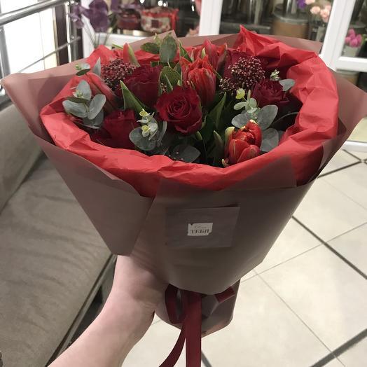 Букет в красных оттенках с розами и тюльпанами: букеты цветов на заказ Flowwow