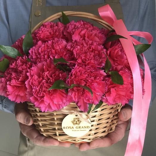 Малиновые диантусы (гвоздики) в корзине: букеты цветов на заказ Flowwow