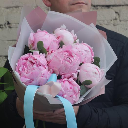 7 розовых пионов с эвкалиптом