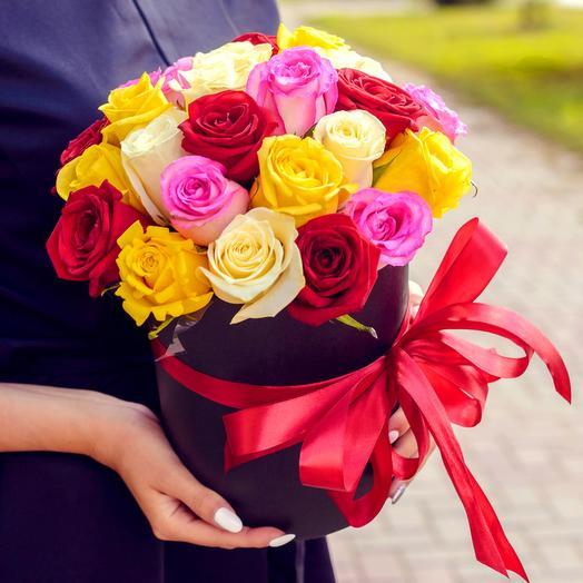 Разноцветные розы в черной коробке