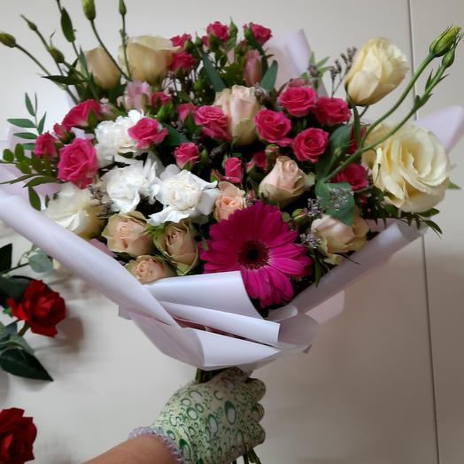 Букет с кустовыми розами и другими цветами