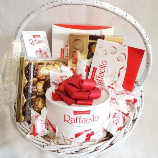 Корзина из Raffaello и Ferrero