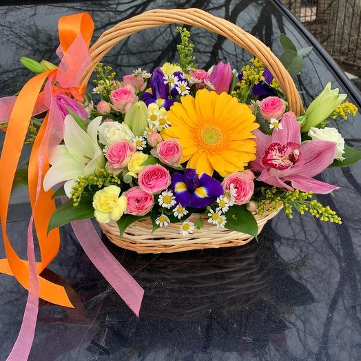 Весенняя корзина с цветами