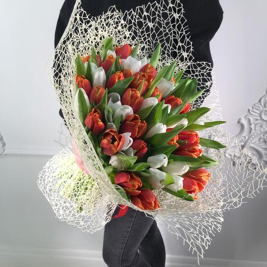 Букет из 51 тюльпана микс(коробка конфет в подарок, условие в описании)