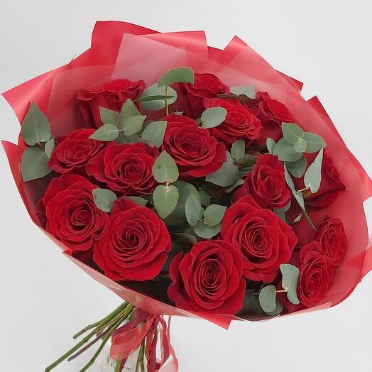 Букет 15 роз в дизайнерской упаковке