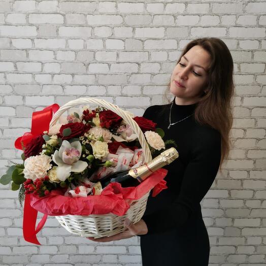 Корзина с цветами и просеко