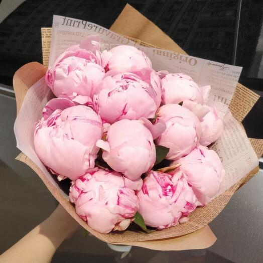 11 розовых пионов