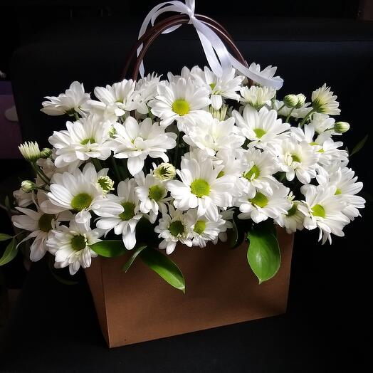 Кустовые хризантемы в сумочке