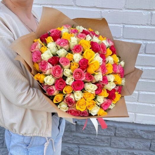 Букет из 101 разноцветной розы 40 см в крафте