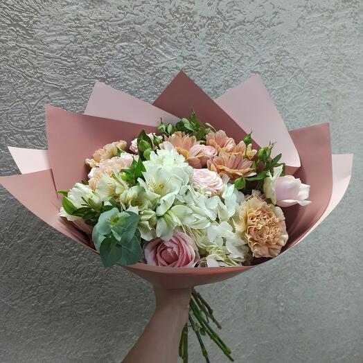 Нежность с гортензией, ассорти роз и цветами