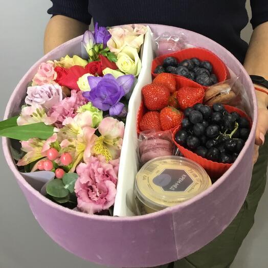 Подарочный набор цветы, фрукты, орехи, мед, сухофрукты