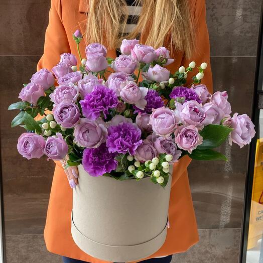 Лавандовые пионовидные розы в коробке