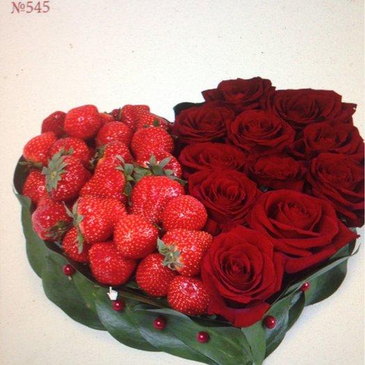 Корзинка с клубникой и розами: букеты цветов на заказ Flowwow
