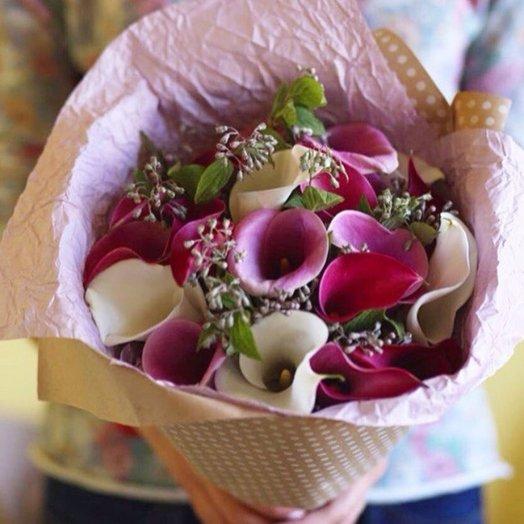 Монобукет из калл с зеленью: букеты цветов на заказ Flowwow