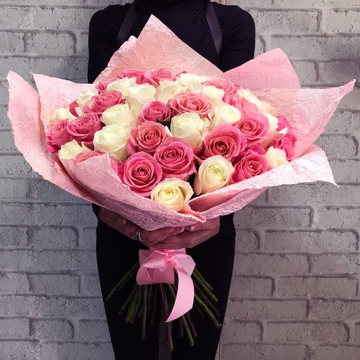 Микс из 35 белых и розовых роз