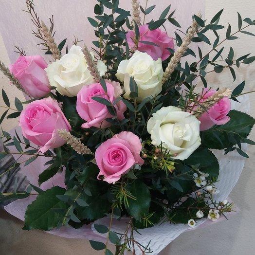 Нежный букетик из белых и розовых роз с эвкалиптом: букеты цветов на заказ Flowwow