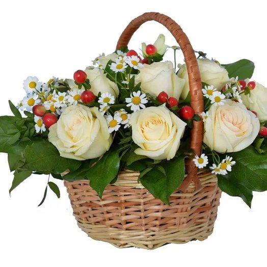 """Корзинка """"Белые розы с красными ягодами"""" из роз, гиперикума Код 180082"""