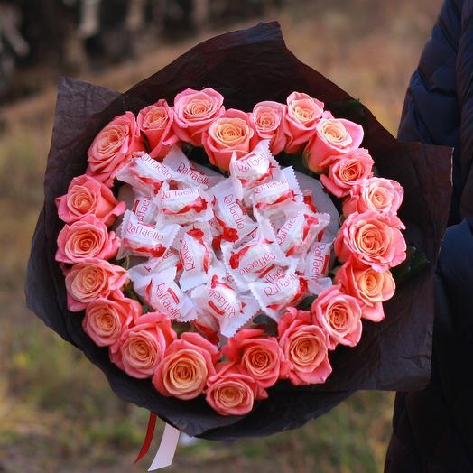 Букет сердце из коралловых роз с конфетами Рафаэлло
