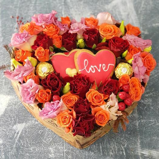 """Сладкое сердце из роз и лизиантуса """"Люблю"""""""