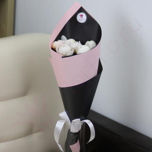 7 белых пионов в дизайнерской упаковке: букеты цветов на заказ Flowwow