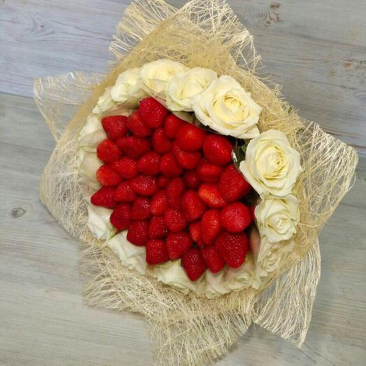 Клубника и розы: букеты цветов на заказ Flowwow