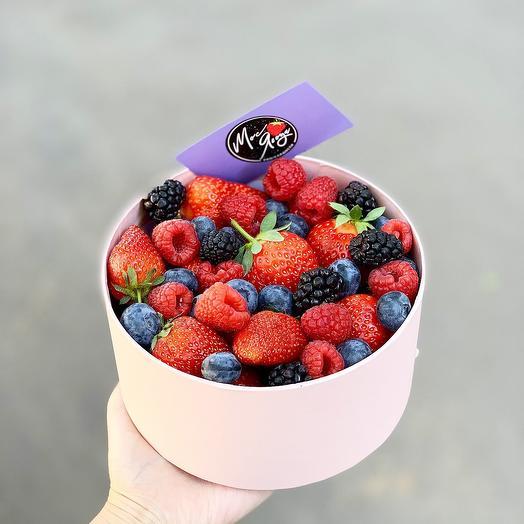 Коробка с ягодами: букеты цветов на заказ Flowwow