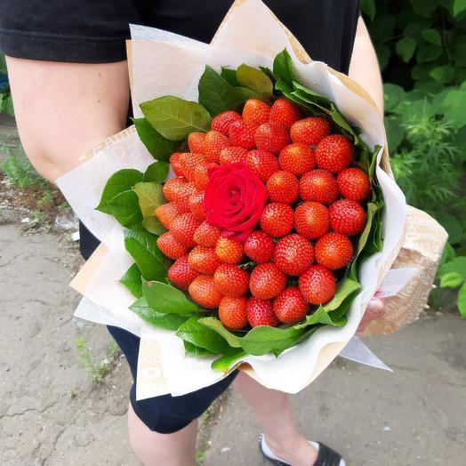 Букет из клубники с красной розой. Z53: букеты цветов на заказ Flowwow