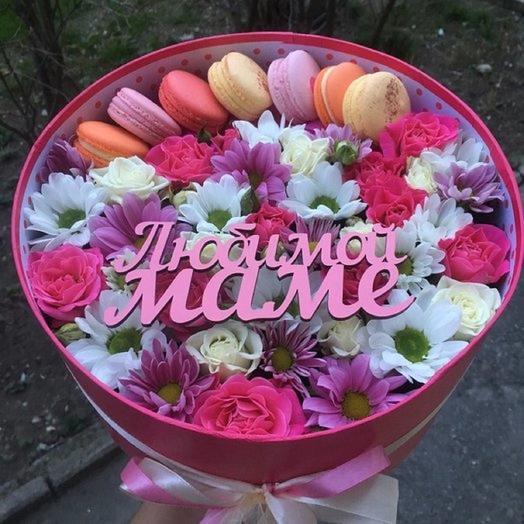 Коробочка с цветами и макаронс для любимой мамы