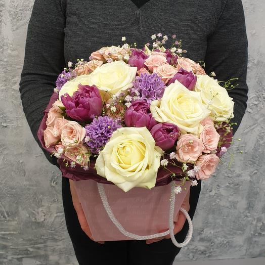 Коробка с розами и весенними цветами: букеты цветов на заказ Flowwow