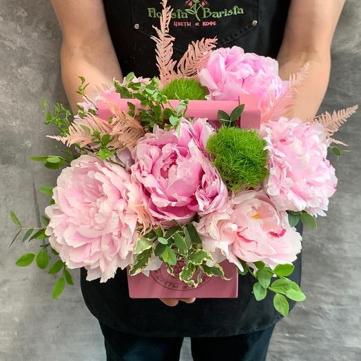 Композиция с розовыми пионами сорта Сара Бернар и диантусом