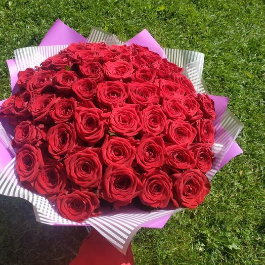 Красивый букет из 51 розы сорта Ред Наоми