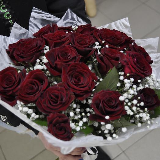 Букет из 21 роз и гипсофилы