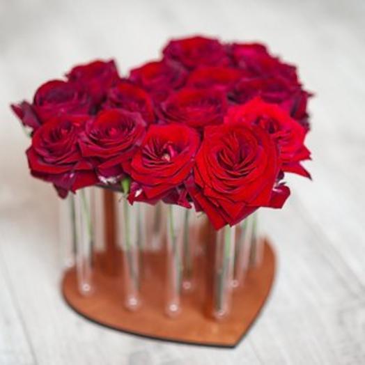 Композиция в деревянном сердце с пробирками из 15 роз