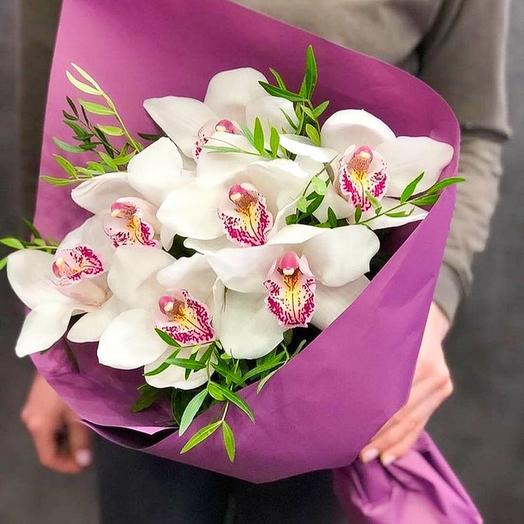 Орхидея белая в букете