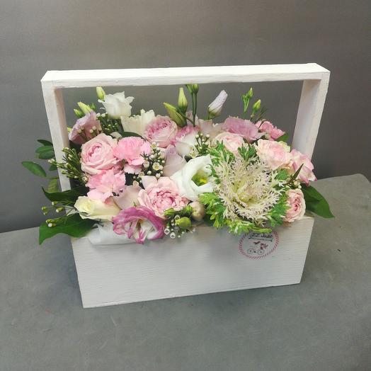 Белый ящичек с цветами