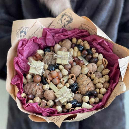 Букет из орехов, сухофруктов и конфет