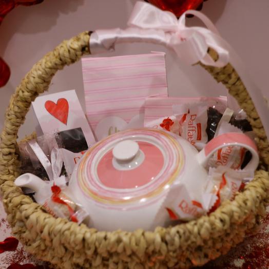 Подарочная корзина с чаем, чайником и конфетами