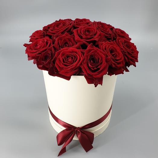 19 красных роз в белой коробке