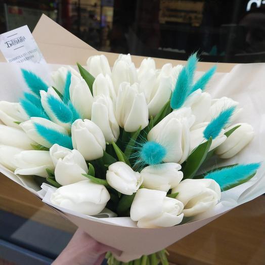 25 белых тюльпанов с лагурусом
