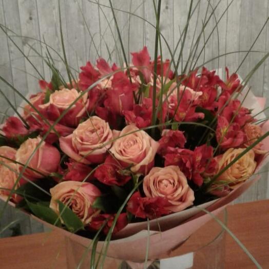 Букет роза и альстрамерия